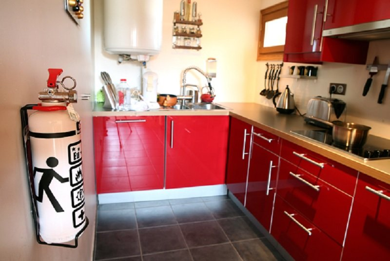 Огнетушитель на кухне - это стильно
